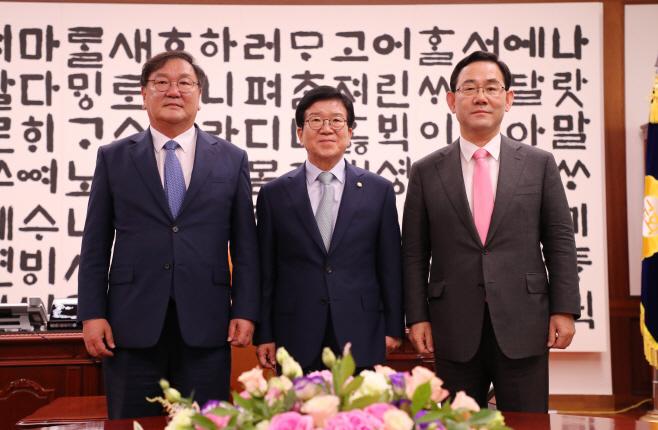 국회의장과 여야 원내대표 첫 회동<YONHAP NO-4217>