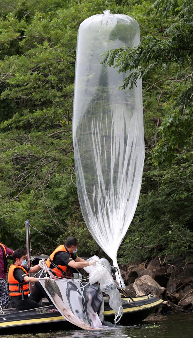 대북전단 풍선 수거하는 경찰