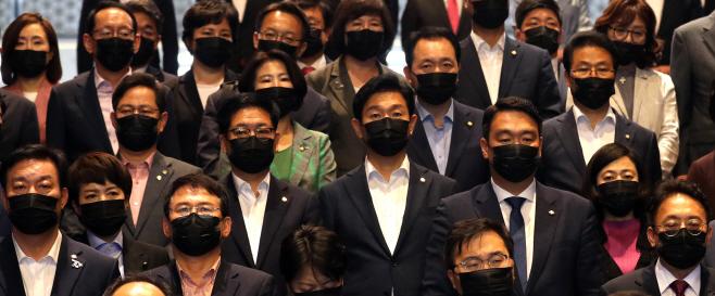 검은 마스크 쓴 미래통합당 의원들<YONHAP NO-4144>