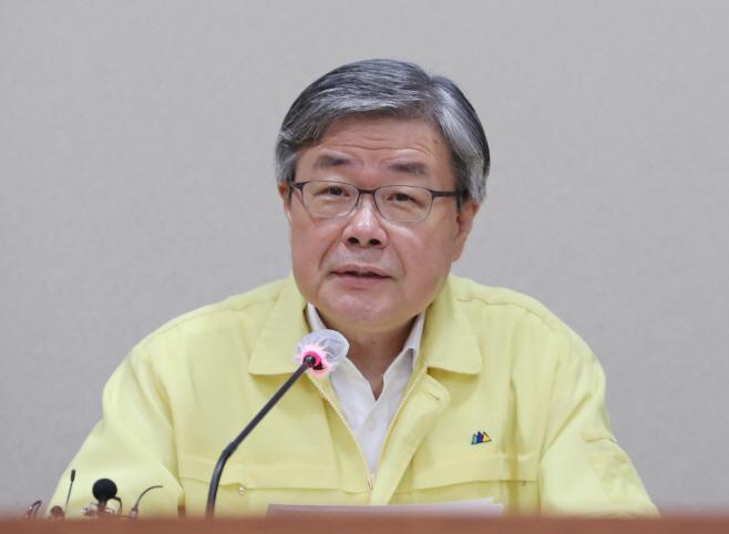 고용노동 대책회의에서 발언하는 이재갑 장관