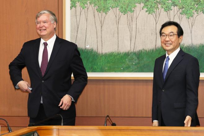 한미 북핵수석대표 협의 참석하는 이도훈-비건<YONHAP NO-4557>