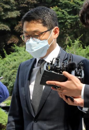 영장실질심사 향하는 유준원 상상인 대표<YONHAP NO-2339>