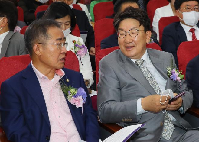 대화하는 홍준표 권성동<YONHAP NO-2547>