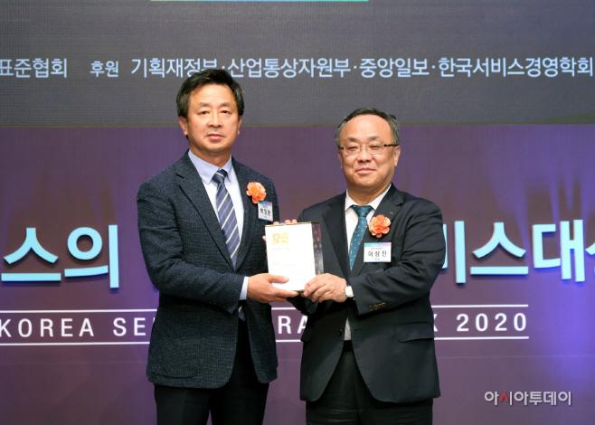 [사진] 수상하는 백정완 대우건설 주택건축사업본부장