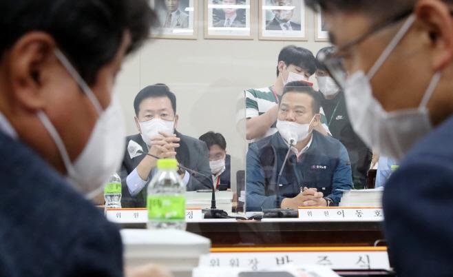 박준식 위원장 바라보는 사용자와 근로자 위원들