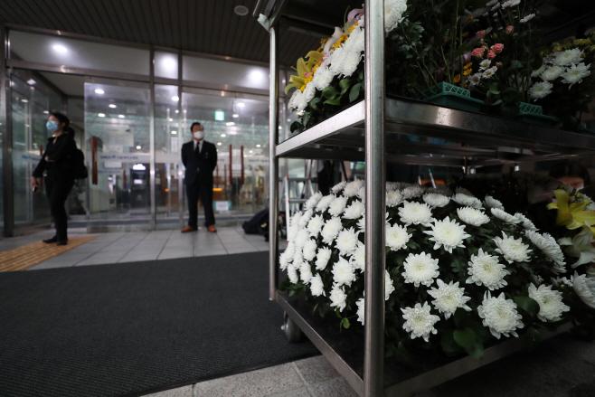 박원순 시신 안치된 장례식장으로 들어가는 국화꽃