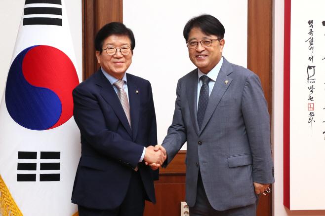 이승환 사무처장과 악수하는 박병석 국회의장<YONHAP NO-4307>