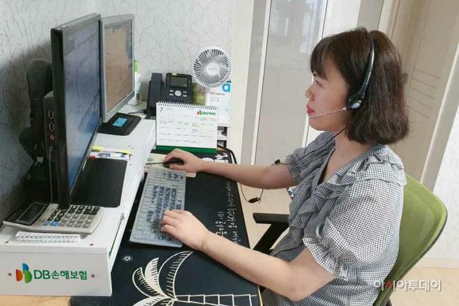 (보도사진)DB손해보험, 재택 상담업무 하는 모습