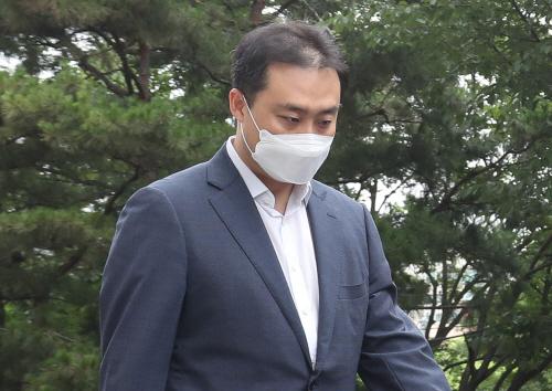 굳은 표정으로 법원 출석하는 원종준 라임 대표