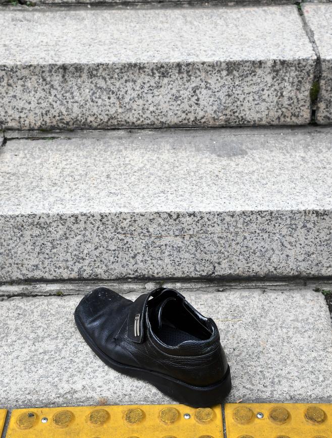 문재인 대통령에 던져진 신발<YONHAP NO-5436>