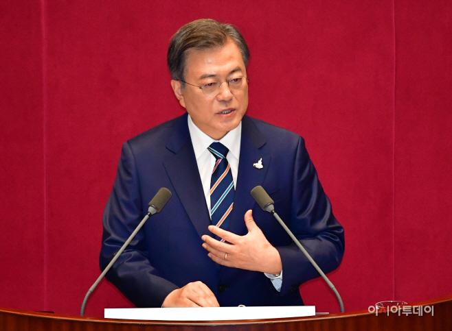 [포토] 각 정당 상징색 조화된 넥타이 착용한 문재인 대통령