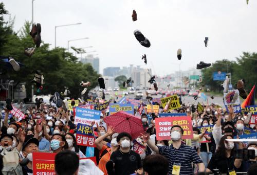 신발투척 퍼포먼스 하는 집회참가자들