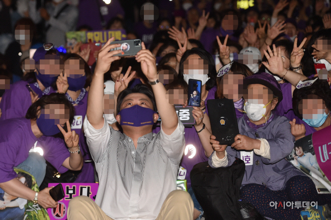 [포토] 김호중, 아리스와 즐거운 셀카타임!