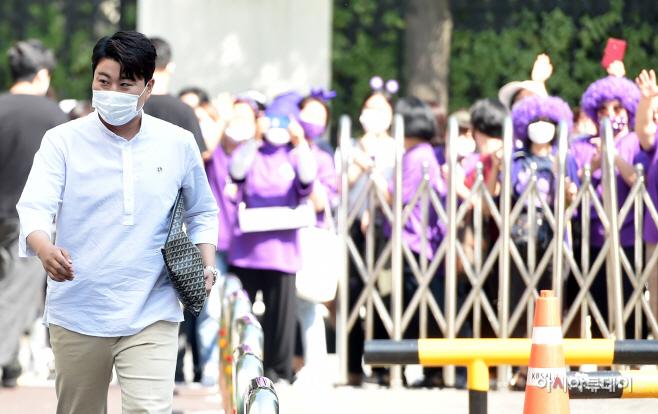 [포토] 김호중,  출근길 보라빛 물결