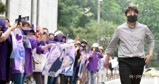 [포토] 김호중, 아리스 응원받으며!