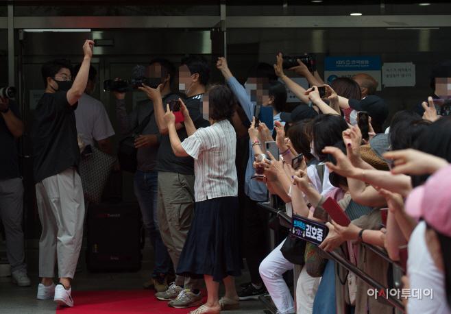 [포토]김호중 출근에 환호하는 팬들