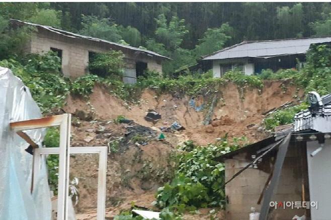 30일 새벽 집중호우에 따른 산사태로 정읍 칠보면의 한 주택
