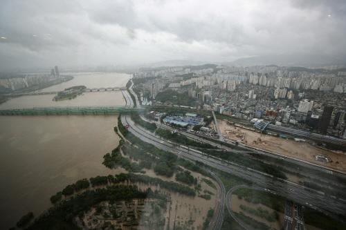 통제된 올림픽대로와 흙탕물 한강<YONHAP NO-2081>