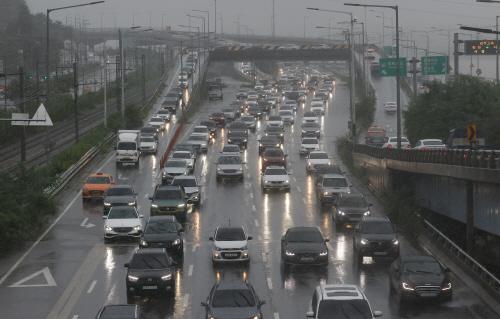 전조등 켠 차량 행렬<YONHAP NO-2050>