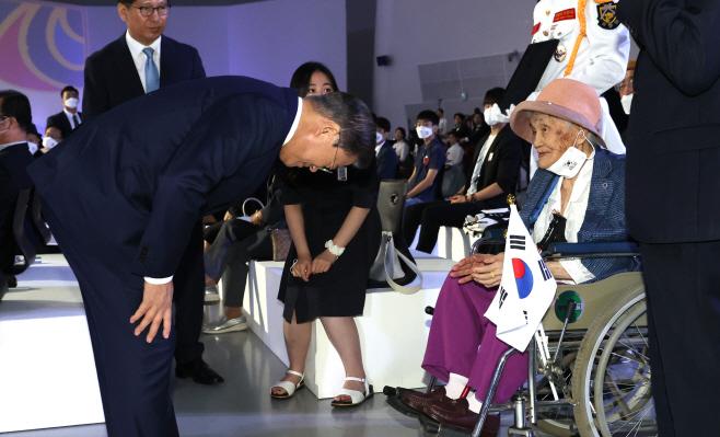 독립유공자 가족에 인사하는 문재인 대통령