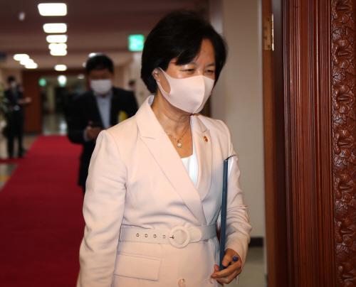 임시국무회의 참석하는 추미애 장관<YONHAP NO-3433>