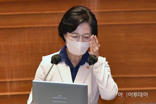 [포토] 안경 만지는 추미애 법무부 장관