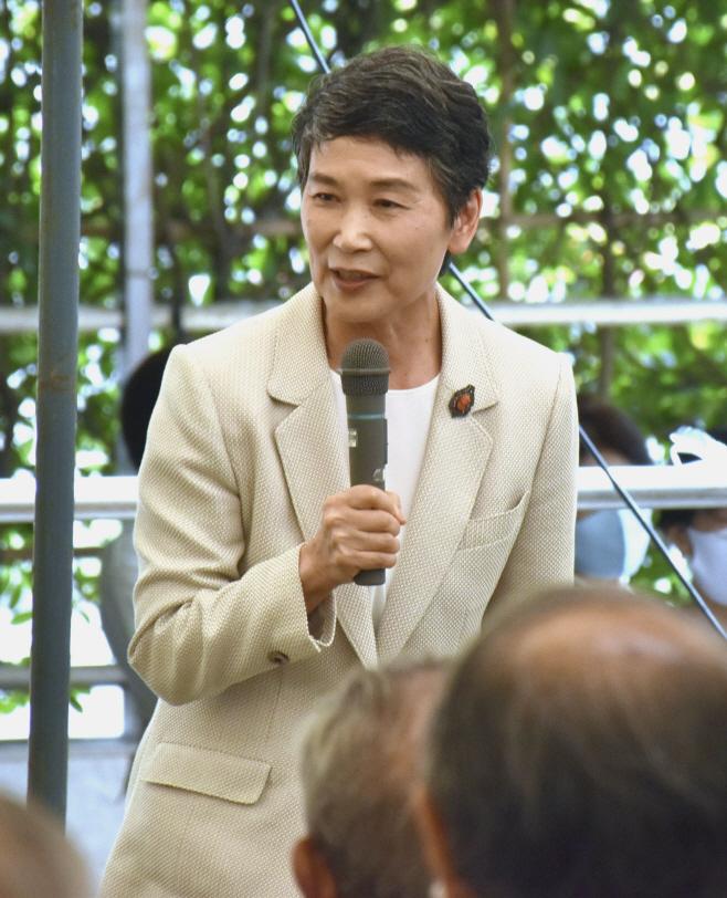 지지자들에게 인사하는 스가 일본 총리의 부인