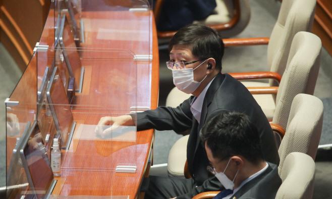 본회의 참석한 김홍걸<YONHAP NO-4341>