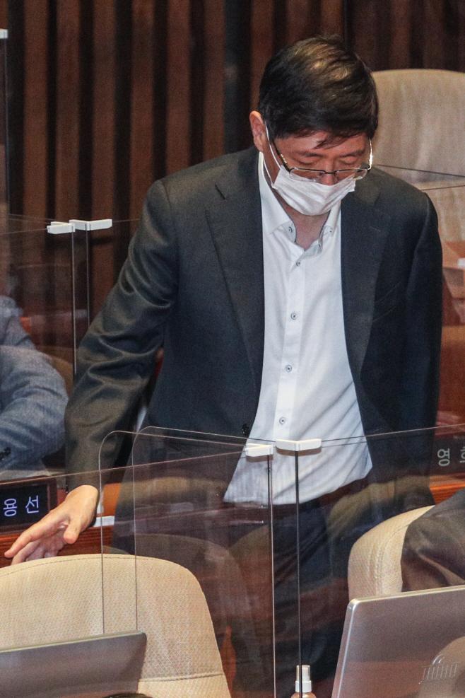 본회의 참석하는 김홍걸 의원<YONHAP NO-4248>