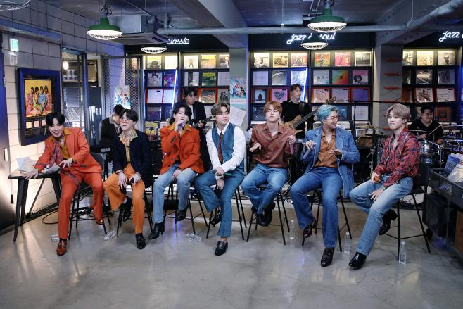 방탄소년단_NPR Tiny Desk Concert_단체(2)