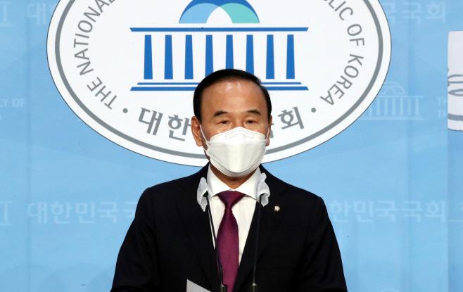 탈당 기자회견하는 박덕흠 의원<YONHAP NO-3971>
