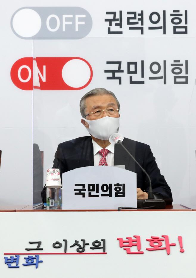 발언하는 김종인 비상대책위원장