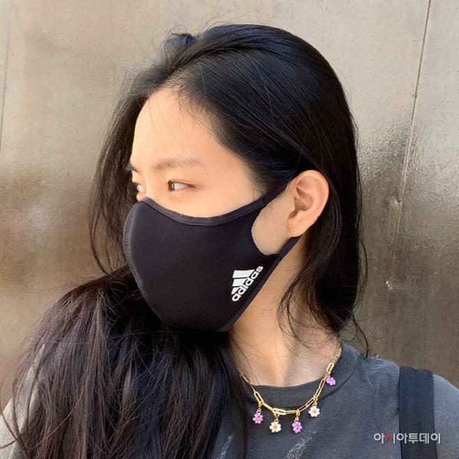 (이미지5) 손나은_아디다스 데일리 마스크 착용