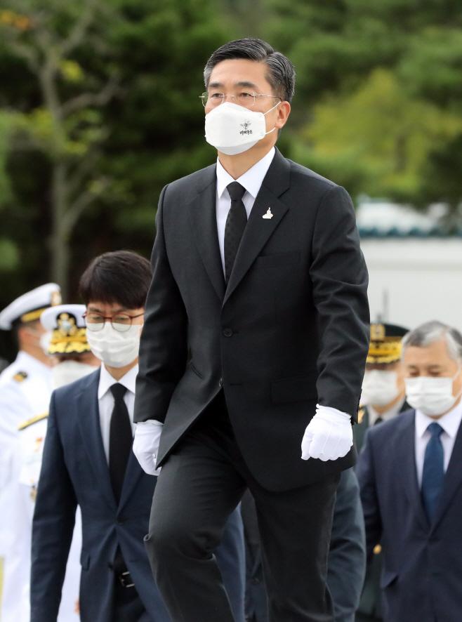 국군의날 맞아 현충원 참배하는 서욱 장관