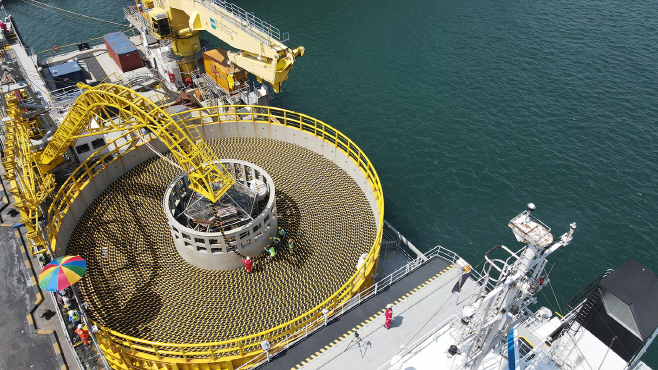 LS전선의 해저 케이블이 강원도 동해항에서 선적되고 있다