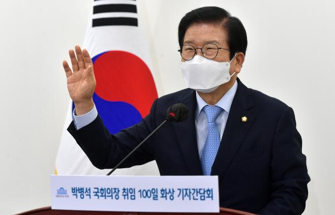 화상 기자간담회에서 손 흔들어 인사하는 박병석 국회의장