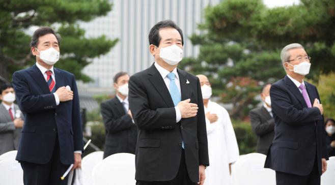 국기에 경례하는 정세균-이낙연-김종인
