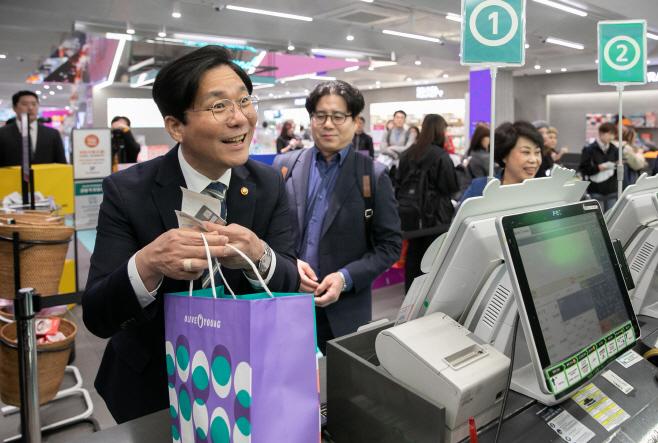 제품 구매하는 성윤모 산업부 장관<YONHAP NO-2716>