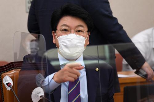 김남국 의원에게 항의하는 장제원 의원