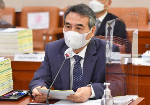 국감 답변하는 민중기 서울중앙지방법원장<YONHAP NO-2418>