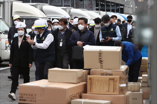 [포토] [국감 2020] 택배물류현장 찾은 환노위 의원들
