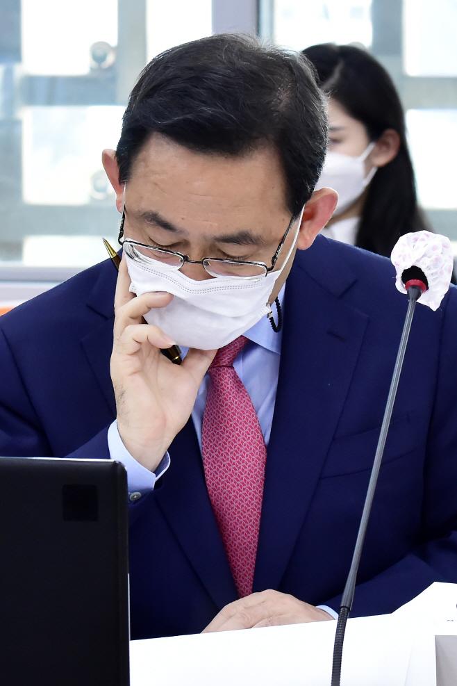 [포토] [국감 2020] 자료 살피는 주호영 원내대표