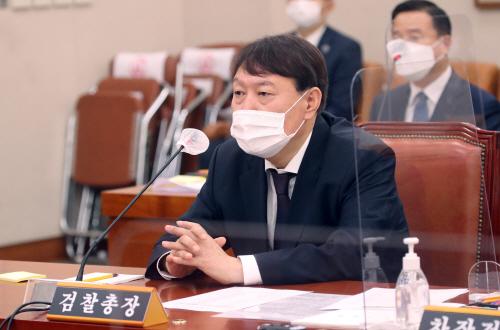 답변하는 윤석열 검찰총장