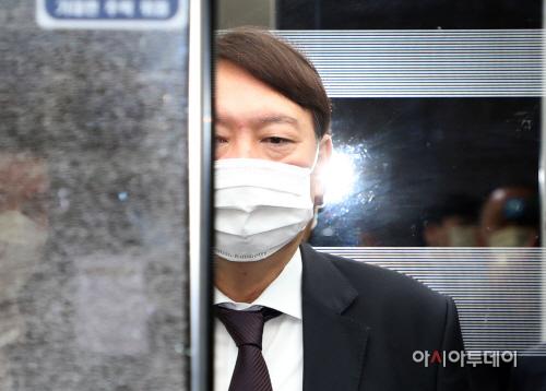 [포토] 승강기 올라 탄 윤석열 검찰총장