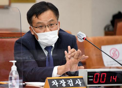 답변하는 조남권 대검찰청 차장검사