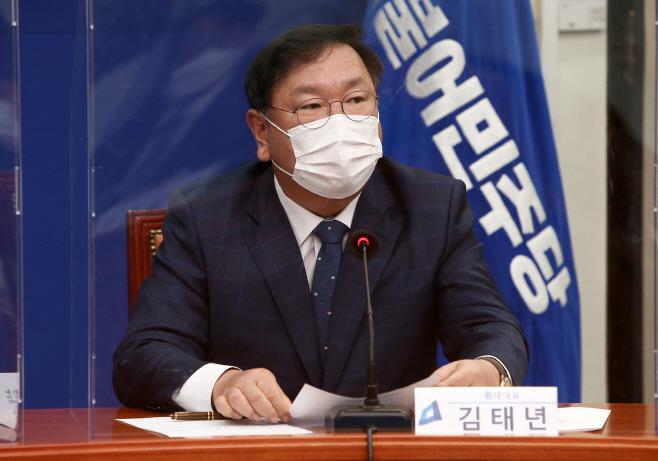 발언하는 민주당 김태년 원내대표<YONHAP NO-1717>