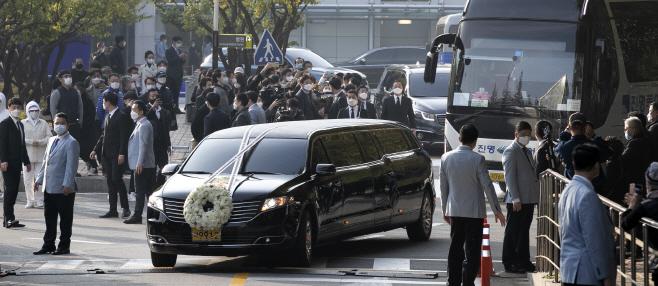 장례식장 빠져나오는 고 이건희 회장 운구차