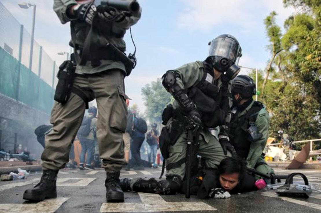 """코로나도 막지 못한 열정, """"홍콩 중문대학교 졸업생들의 반정부 시위"""