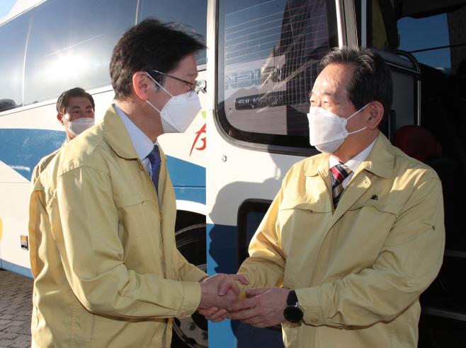김경수 지사와 인사하는 정세균 총리