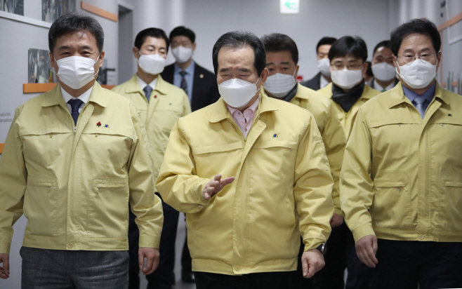 코로나19 대응 중대본 회의 참석하는 정세균 총리